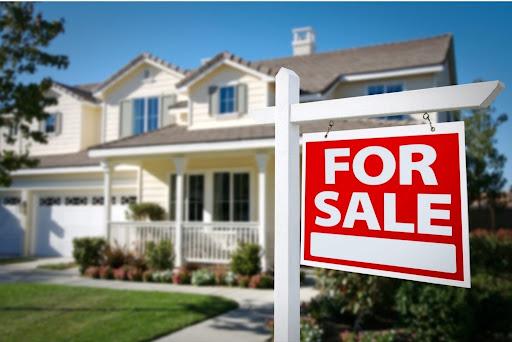 Iklan properti berupa rumah yang akan dijual