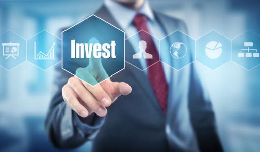 Seorang pria sedang memilih jenis investasi